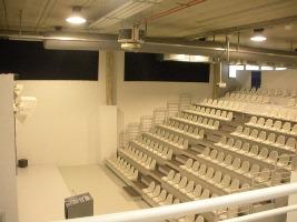 visione generale dello show room con luci accese.